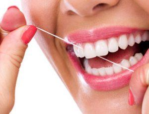 чистка зубов зубной нитью